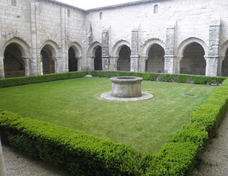 abbaye de Nieul sur l`Autize cloître